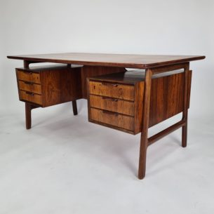Wyjątkowe, majestatyczne biurko palisandrowe. Projekt Gunni Omann. Modernistyczna lekka forma lat 60-tych. Lity palisander i naturalny fornir palisandru. Efektowne nogi. Drewniane szuflady. Barek. Drewno olejowane. Oryginalny produkt duński.