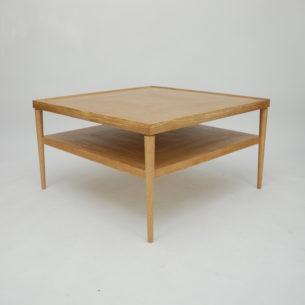 Piękny duński stolik z półka. Obszerny i praktyczny. Produkcja współczesna w konwencji lat 60-tych z wieloma atrybutami dobrego stolarstwa. Na uwagę zasługuje fornirowanie oraz profilowane, piękne obrzeże blatu.