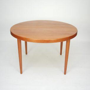 Modernistyczny stół tekowy. Projekt KAI KRISTIANSEN. Blat fornirowany. Nogi i obrzeże z masywu. Dwa dodatkowe blaty. Produkt duński lat 60/70.