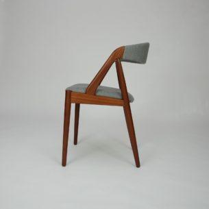 Krzesło #31 autorstwa KAI KRISTIANSENa; manufaktura SCHOU ANDERSEN. Lata 60-te. Piękna, ergonomiczna forma. Konstrukcja z olejowanego masywu tekowego. Siedzisko na pasach. Tapicerka do wyboru. Oryginalny produkt duński.
