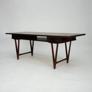 Piękny palisandrowy stolik z dwiema szufladami i półką. Projekt E.W. Bach dla Toften Møbelfabrik. Blat fornirowany palisandrem z litymi brzegami. Nogi i pochwyty palisandrowe. Drewno olejowane.