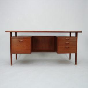 Piękne gabinetowe biurko, dwustronne. Projekt Kai Kristiansen. Modernistyczna lekka forma lat 60-tych. Lity tek i fornir tekowy. Drewno olejowane.