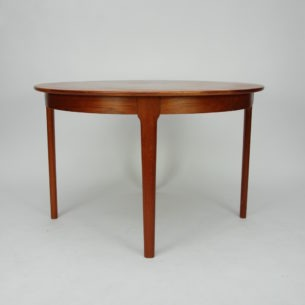 Duński stół tekowy z lat 70-tych. Blat fornirowany tekiem. Lite obrzeże i nogi. Drewno olejowane. Jedna wkładka z wysokim bokiem i jena ekonomiczna.